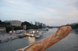川とフランスパン.jpg
